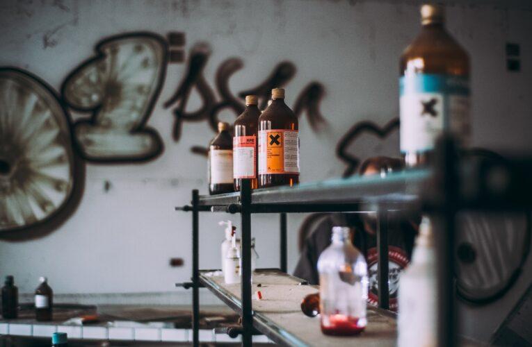 Kemikonsult företag som handskas dagligen med farligt gods